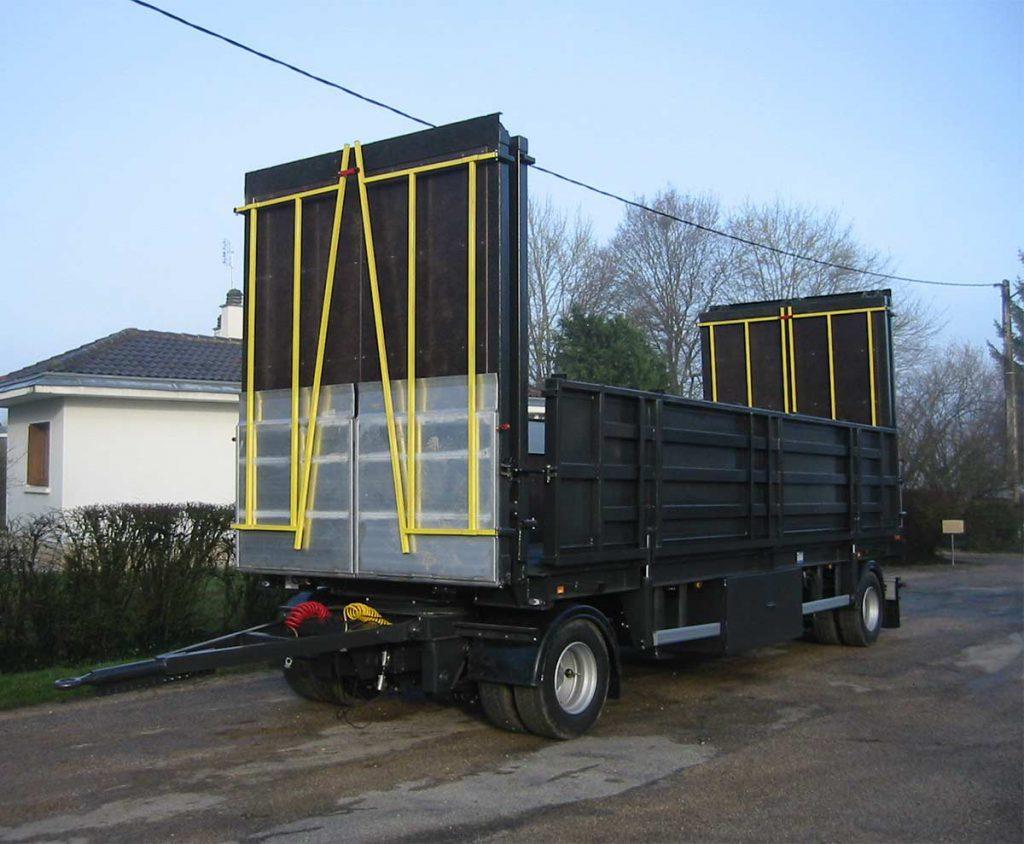 Remorque plateau avec ridelles déployables et rampes adaptées