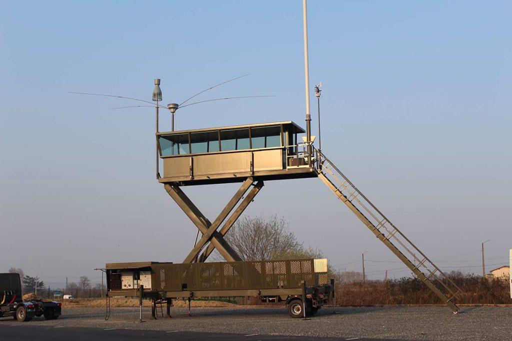 Semi-remorque tour de contrôle aérien mobile